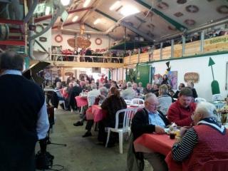 fiskefestival-2011-den-gamle-baadebyggerhal-fyldt-med-glade-mennesker