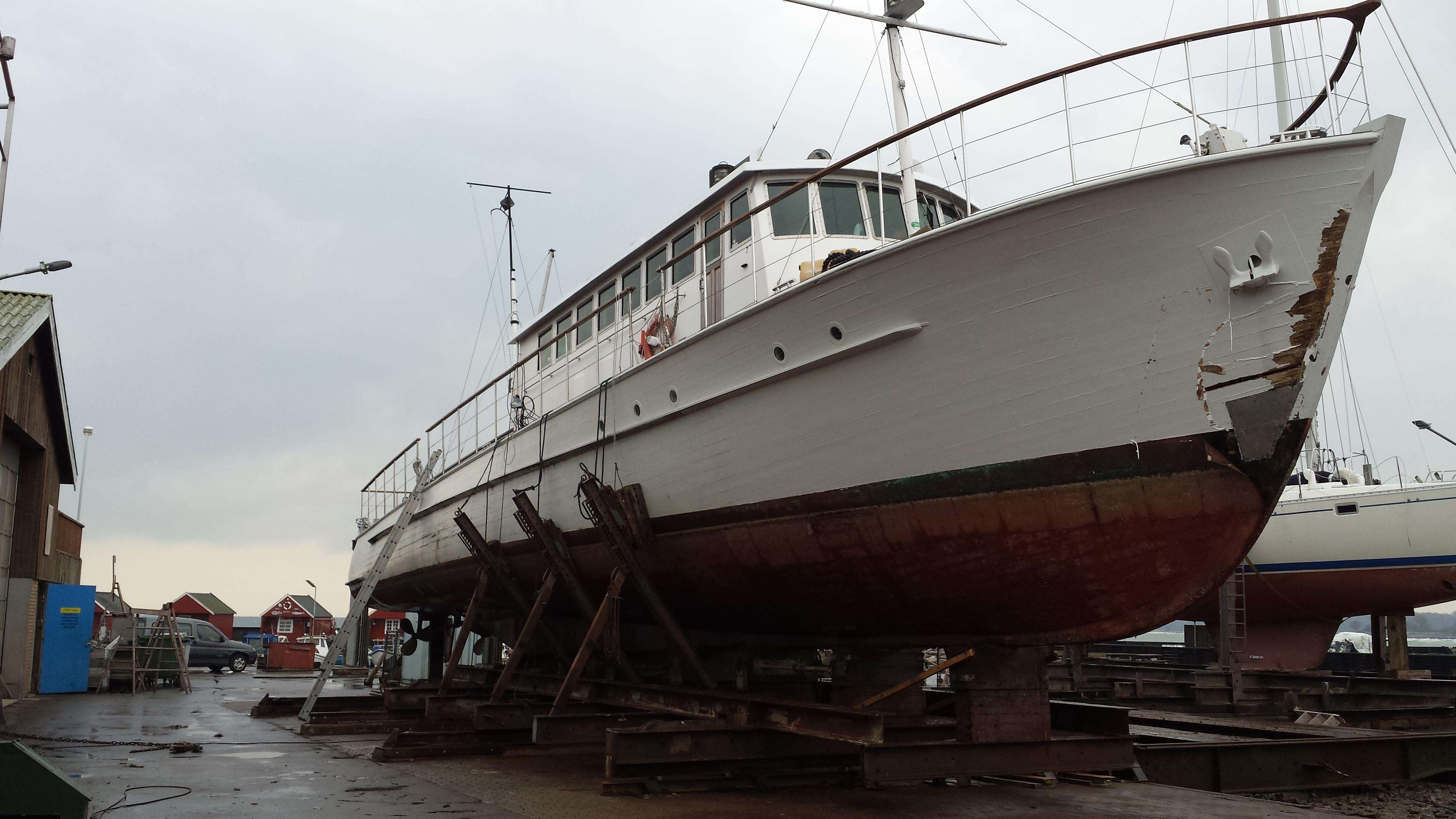 Bedding i Rødvig, 25 meter lang træbåd på bedding, så holder den inde på plads