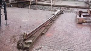 Bedding i Rødvig, 25 meter lang træbåd på bedding, skinnen fra den gamle understøtning flyttes over til den nye