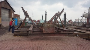 Bedding i Rødvig, 25 meter lang træbåd på bedding, testkørsel af den nye understøtning