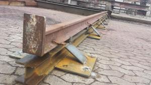 Bedding i Rødvig, 25 meter lang træbåd på bedding, ny skinneunderstøtning svejst op i stål og monteret skinne